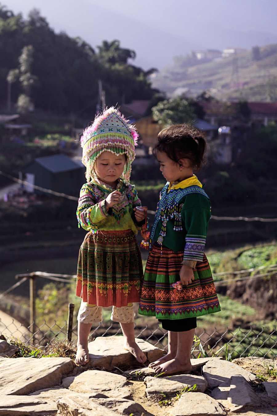 Tra le tappe fondamentali del Vietnam del nord devi includere Sapa con i bambini Hmong nei loro costumi tipici