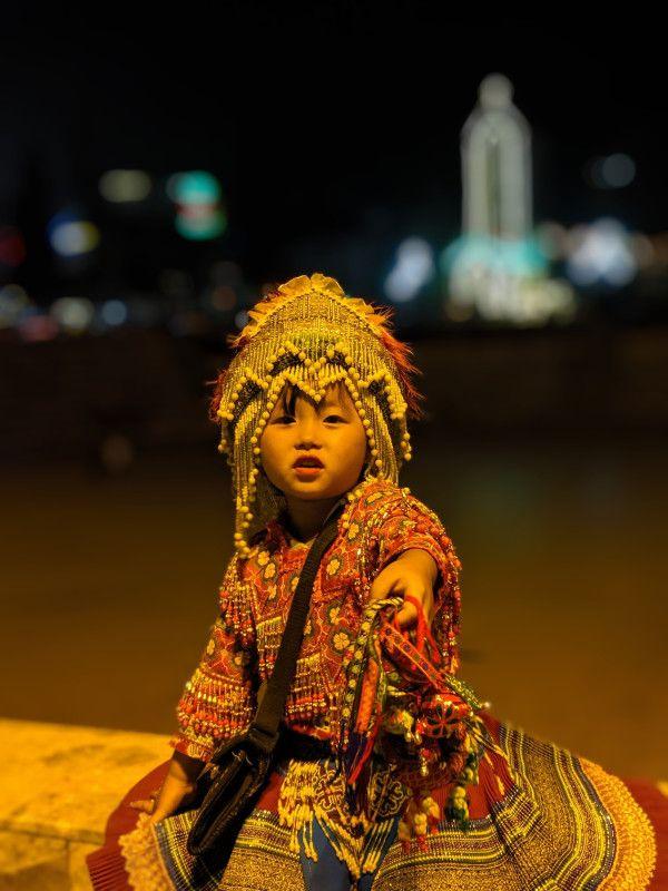 Bambina in costume tradizionale