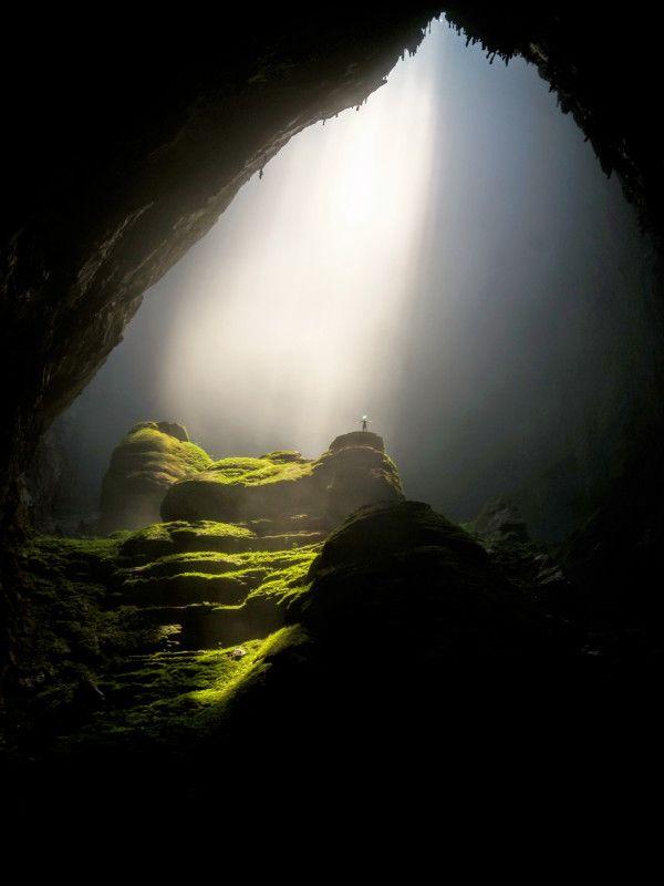 Grotta in Vietnam con campi sotto i raggi di sole