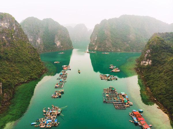 Vista aerea dei villaggi galleggianti di Ha Long Bay