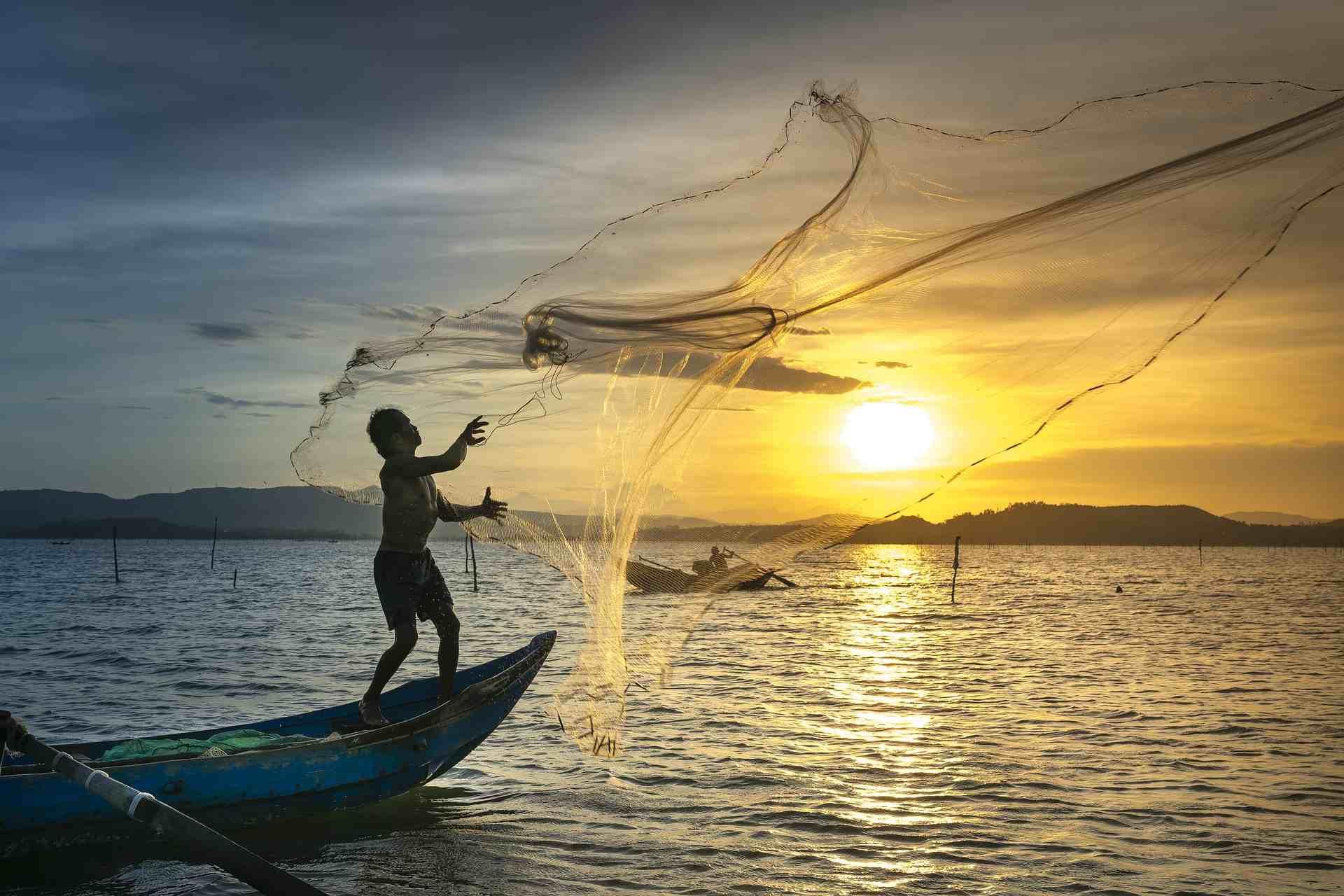 Pescatore nella Baia di Halong
