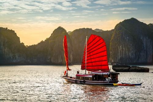 Crociera al tramonto nella baia di Halong